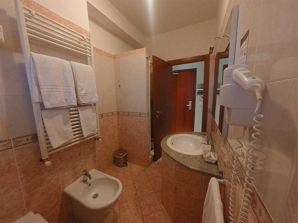 Camera matrimoniale hotel aquila hotel ad aprilia for Camera matrimoniale offerta