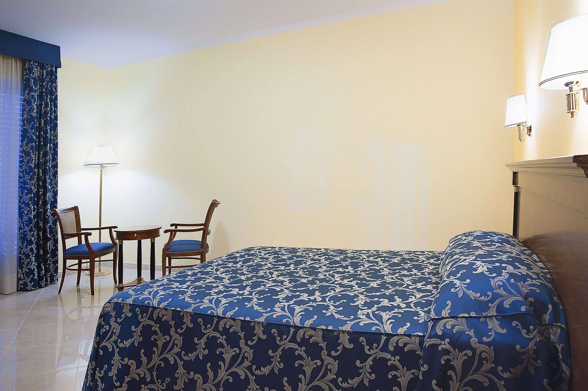 Camera junior suite roma hotel aquila hotel ad aprilia for Camera roma